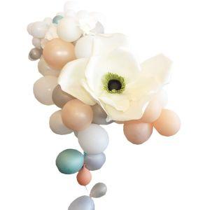 Ballontraube mit Blüten für Banketttisch
